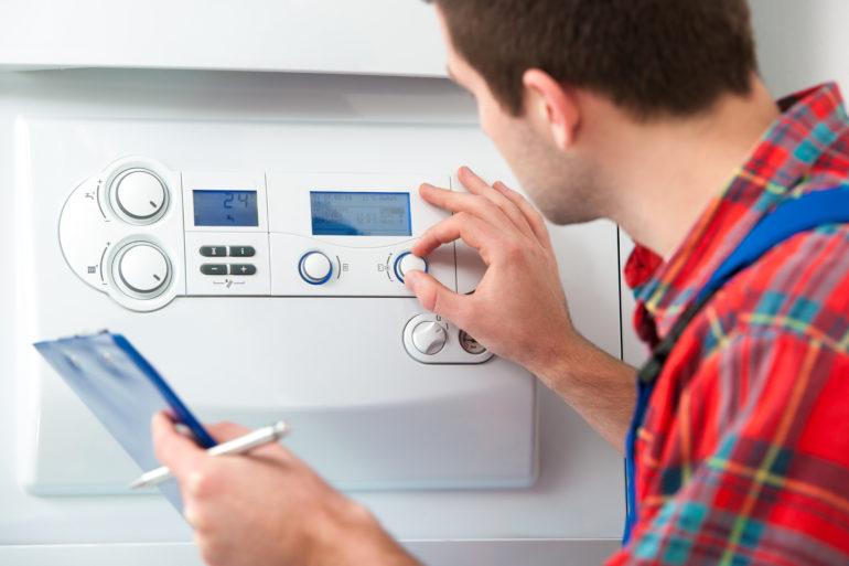 Un auditeur vérifie le compteur électrique
