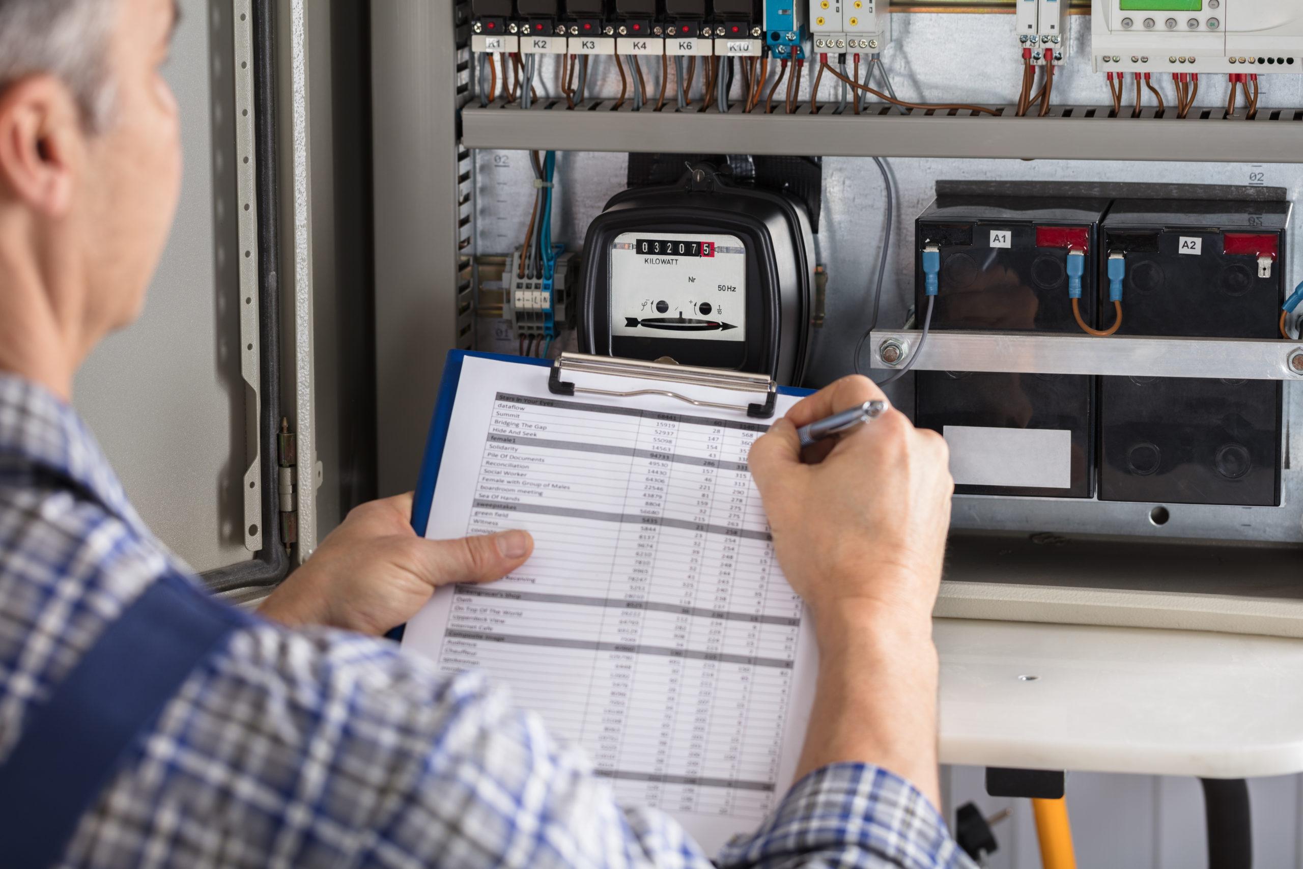 Un auditeur effectuant un audit énergétique
