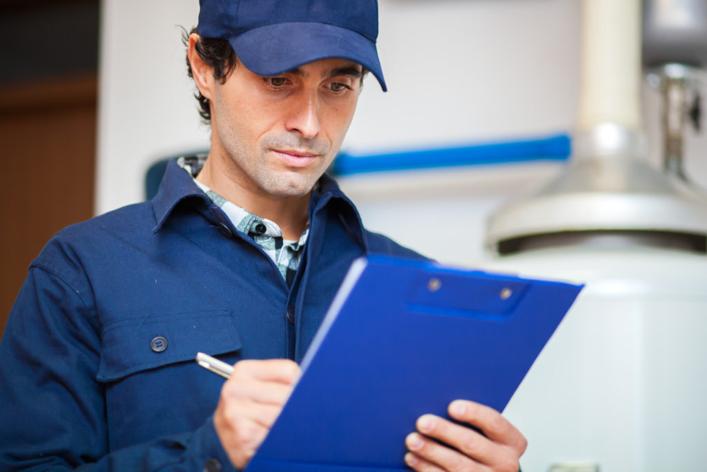 Un diagnostiqueur effectuant un audit énergétique