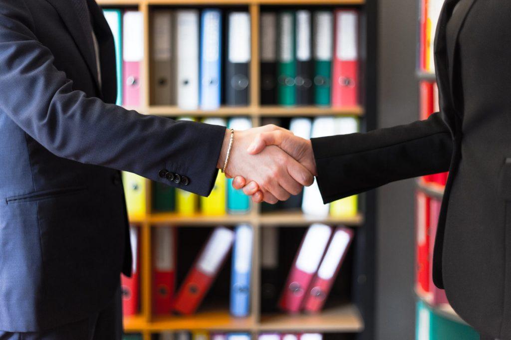 les gens se serrant la main