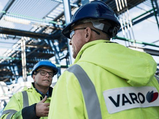 les travailleurs avec des vestes Varo